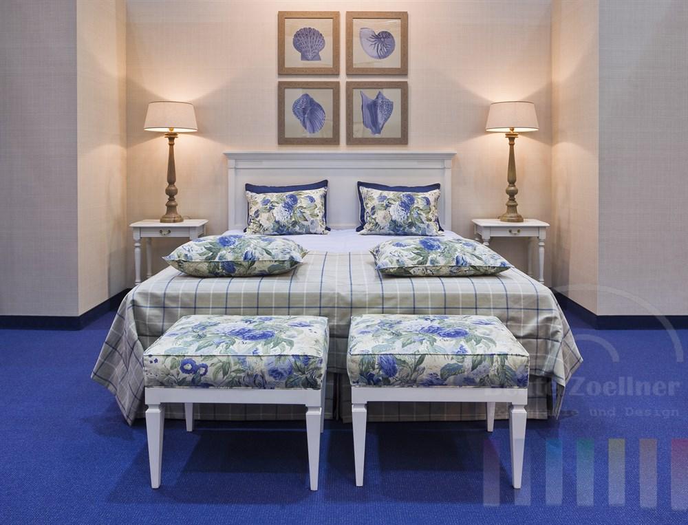 Eingerichtetes Schlafzimmer mit Doppelbett auch einem Messestand