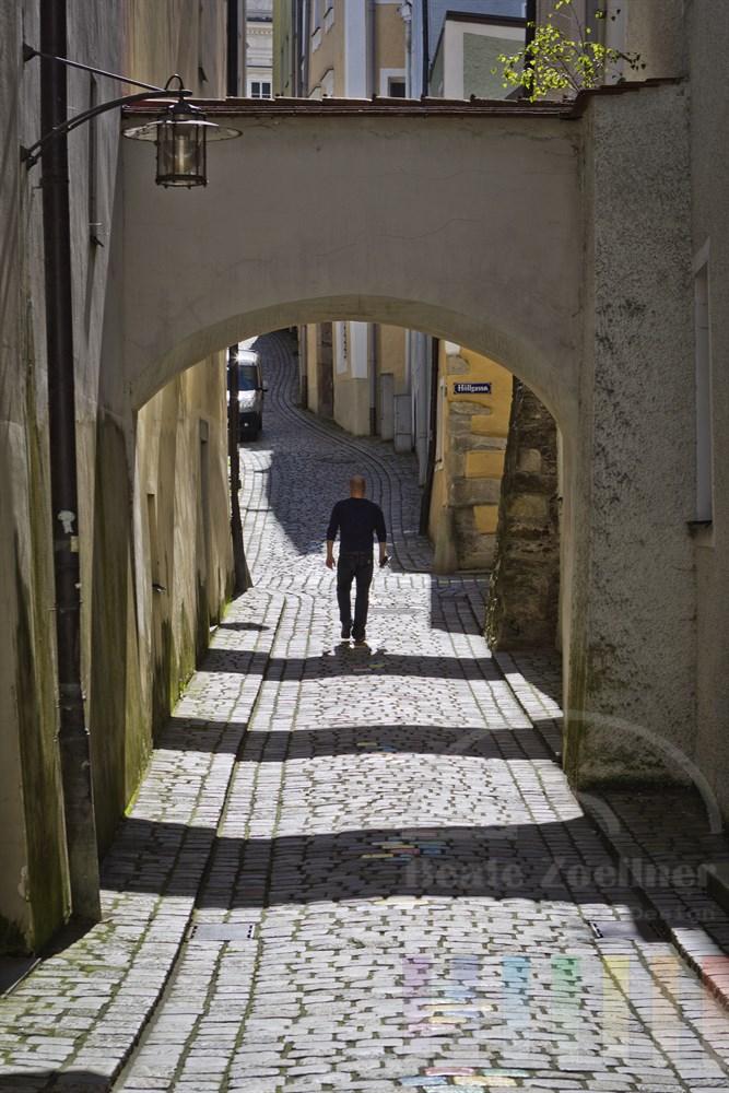 Steiningergasse in der historischen Altstadt von Passau, spaetsommerlich