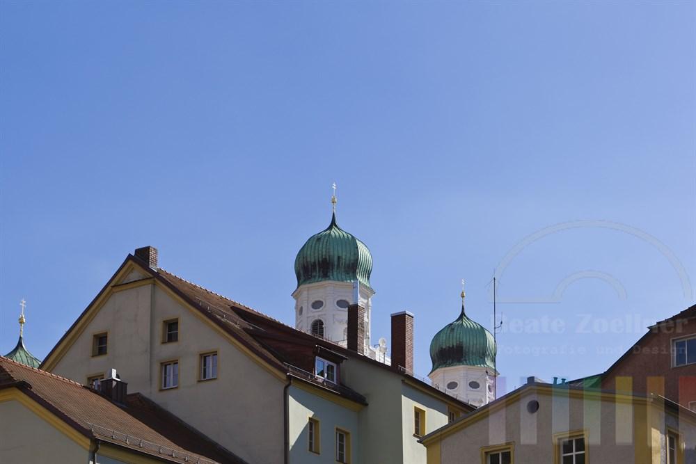 Blick von der Donau auf die Tuerme des frisch renovierten Passauer Doms und Fassaden von Altstadt-Haeusern, blauer Himmel