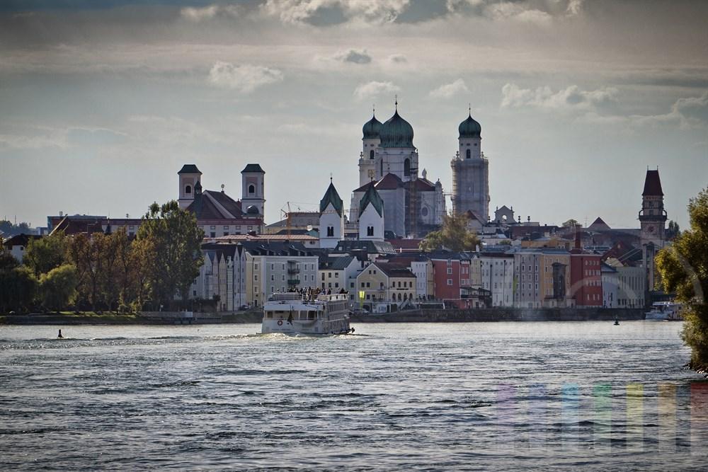 Blick von der Donau auf die historische Alstadt von Passau am Nachmittag