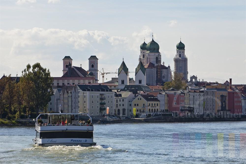 Ausflugsschiff auf der Donau vor der Altstadtkulisse von Passau, sonnig