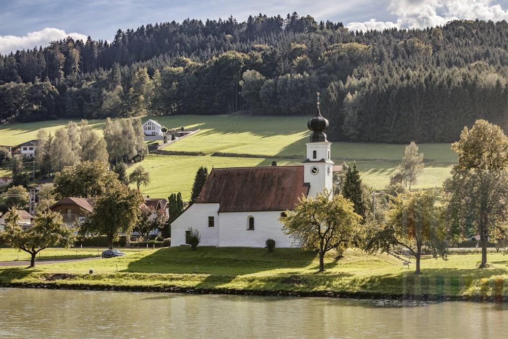 Blick über den Grenzfluss Donau auf das oberösterreichisch Ufer und die Kirche St. Peter in Pyrawang