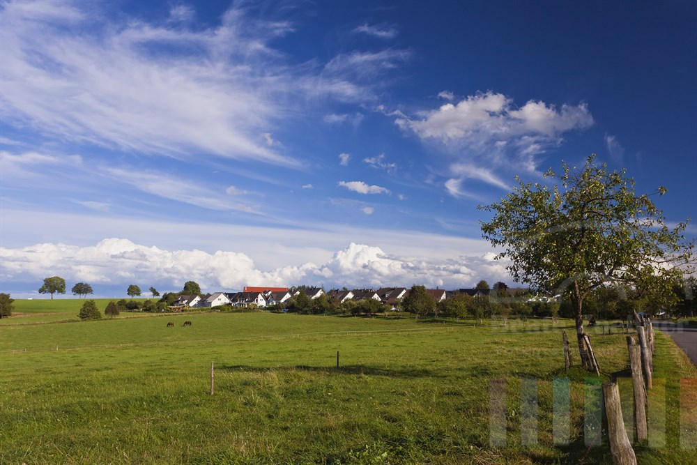 Blick auf den Wiehler Ortsteil Drabenderhoehe im Spaetsommer