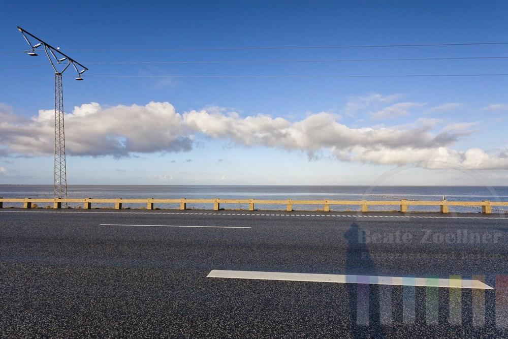 Der gut 9 Kilometer lange Rømø-Damm oder Römödamm verbindet das dänische Festland mit der Nordseeinsel Römö  und führt durch das Wattenmeer, sonnig